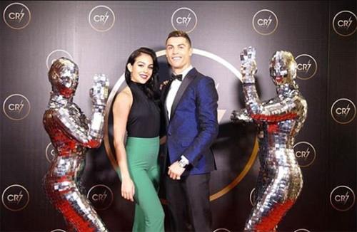 Ronaldo chụp riêng với bạn gái Georgina.