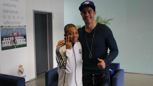 Mbappe từng thần tượng Ronaldo trong quá khứ. Ảnh: France Football.