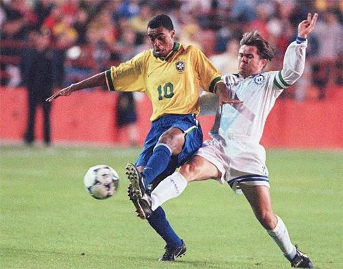 Denilson (trái) đi vào lịch sử với tư cách một trong những cầu thủ lập kỷ lục chuyển nhượng. Ảnh: Reuters