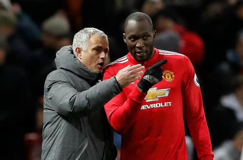 Mourinho chỉ đạo Lukaku trong một trận đấu. Ảnh:Reuters.