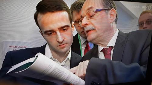 Trọng tài chỉ luật cho Inarkiev. Ảnh: NRK.