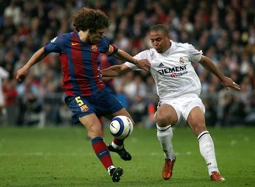 Ronaldo (phải) từng chơi cho cả Barca và Real. Ảnh: Reuters