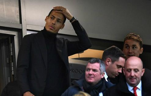 Tân binh Van Dijk có mặt trên khán đài sân Anfield. Ảnh: AFP.