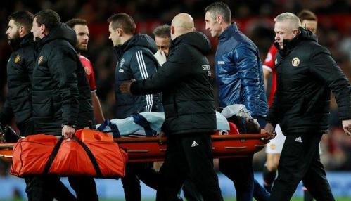 Tiền đạo người Bỉ phải rời sân trên cáng và thở bình oxy. Ảnh:Reuters.