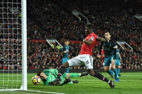 Tình huống dẫn tới bàn thắng không được công nhận của Pogba. Ảnh:Reuters.