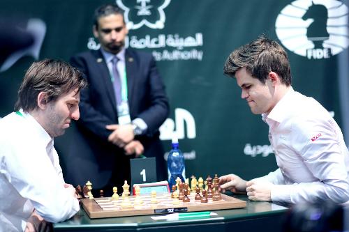 Carlsen (phải) đánh bại Grischuk. Ảnh: FIDE.