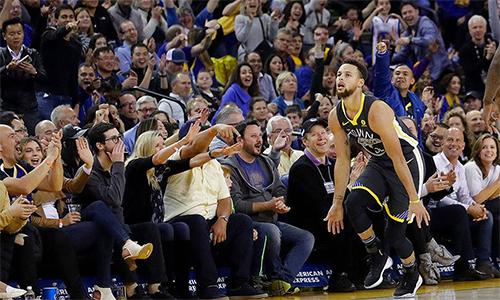 Sau hơn một tháng, CĐV Golden State lại được chứng kiến màn mừng chiến thắng quen thuộc của Stephen Curry (áo đen). Ảnh: Inquirer Sports.