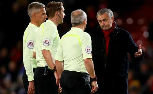 Mourinho phàn nàn với trọng tài Pawson. Ảnh: PA.