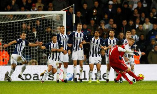 Sanchez đá phạt ghi bàn. Arsenal đang phụ thuộc rất nhiều vào chân sút người Chile. Ảnh: Reuters