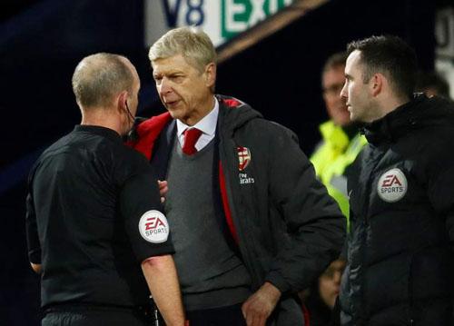 HLV Arsene Wenger tranh cãi với trọng tài Mike Dean. Ảnh: Reuters