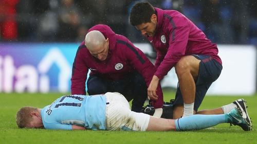 De Bruyne bị đau trong những phút bù giờ trận gặp Crystal Palace. Ảnh: Reuters.