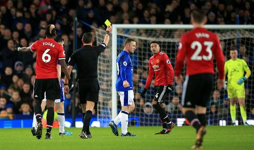 Rooney nhận thẻ vàng trong trận đấu gặp lại Man Utd. Ảnh:PA.