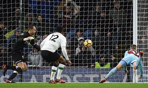 Gudmundsson gỡ hòa 1-1 cho Burnley. Ảnh: AFP.