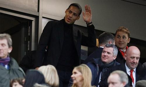 Van Dijk có mặt trên khán đài để xem trận Liverpool thắng Leicester. Ảnh: Reuters.