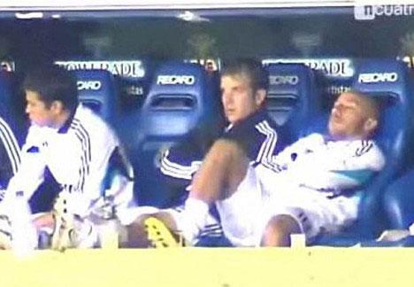 Faubert (phải) ngủ gật trên băng ghế dự bị Real.