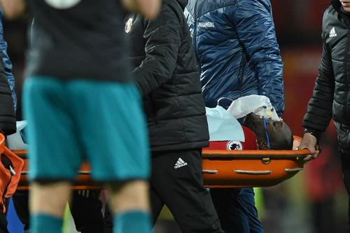 Lukaku rời sân bằng cáng trong trận gặp Southampton. Ảnh: AFP.
