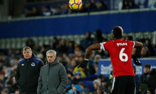 Mourinho phải giật gấu vá vai với vấn đề nhân sự. Ảnh: Reuters.