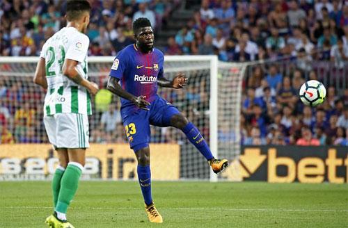 Umtiti (phải) chơi rất thành công trong giai đoạn nửa đầu mùa 2017-2018. Ảnh: Reuters