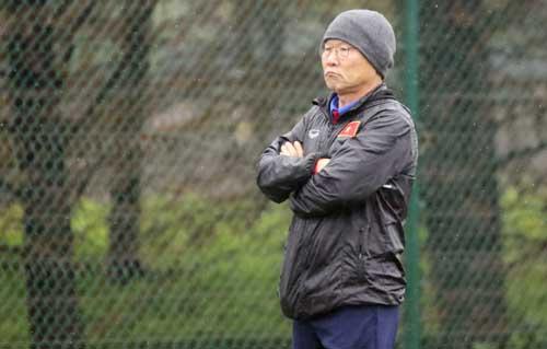 Song song với cho đội tập luyện, HLV Park Hang-seo mổ băng phân tích các đối thủ. Ảnh: Đoàn Huynh