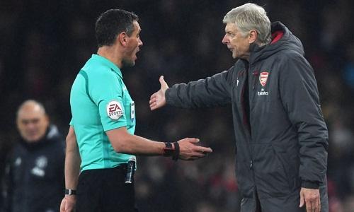 Wenger cho rằng các trọng tài ở Ngoại hạng Anh đang quá chậm tiến. Ảnh: AFP.