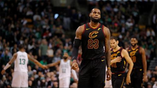 LeBron James và đồng đội bất lực trước hàng phòng ngự vững chắc của Boston Celtics trong trận thư hùng tại TD Garden sáng nay. Ảnh: ESPN.