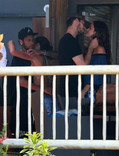 Neymar nối lại tình xưa với người mẫu Brazil