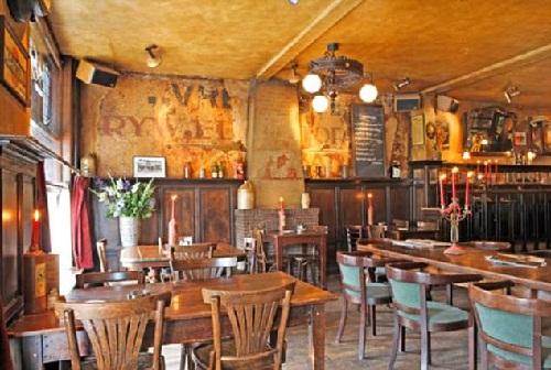 Nhà hàngOncle Jean - nơi Van Dijk từng rửa bát thuê. Ảnh: Mail Online.