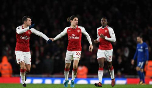 Bellerin (giữa) ghi bàn phút cuối giữ lại một điểm cho Arsenal. Ảnh: Reuters.