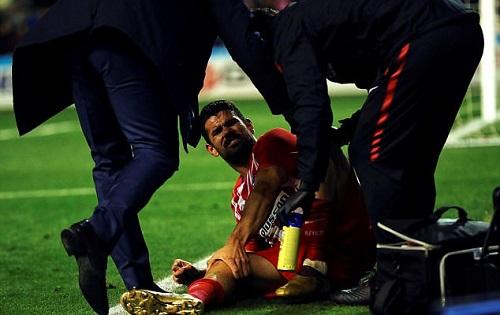 Costa cần bác sĩ chăm sóc sau bàn thắng. Ảnh: EPA.