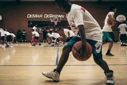 Hàng trăm đứa trẻ ở Compton đang tập luyện miễn phí tại trung tâm đào tạo của DeRozan. Ảnh: The Undefeated.