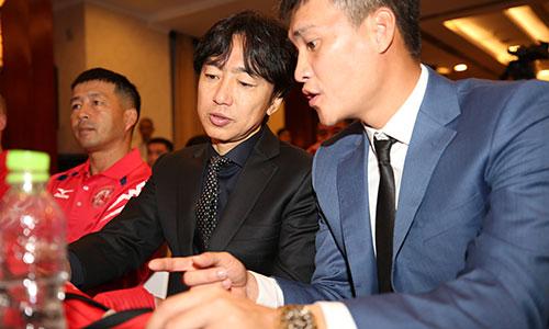 Quyền chủ tịch Lê Công Vinh trao toàn quyền quyết định chuyên môn cho ông Miura. Ảnh: Đức Đồng.