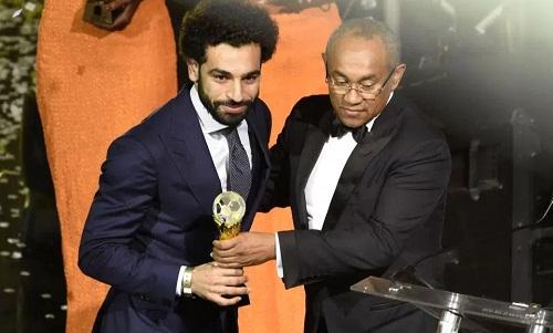 Salah nhận giải thưởng ở buổi lễ hôm 4/1 tại Ghana. Ảnh: AFP.
