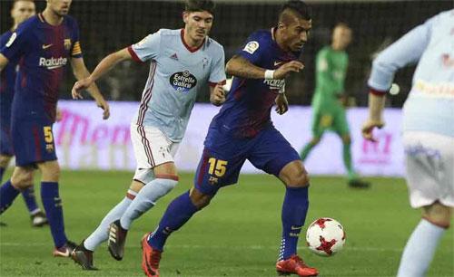 Paulinho đi bóng trước hàng thủ Celta Vigo. Ảnh: DS