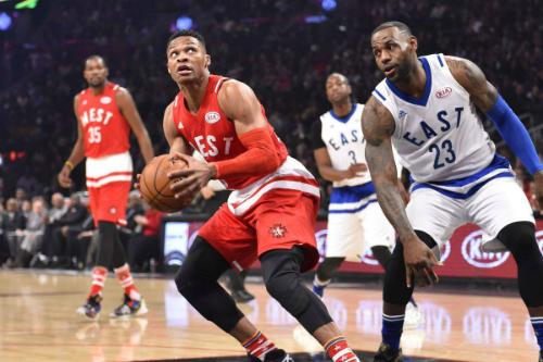 Đội miền Tây (áo đỏ) thắng đội miền Đông (áo trắng) 192-182 trong trận All-Star hai miền cuối cùng vào năm ngoái. Ảnh: NBA.