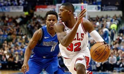 Dallas (áo xanh) và Chicago (áo trắng) tạo nên trận đấu giàu cảm xúc nhất trong sáng nay. Ảnh: NBA.