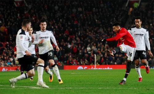 Pha dứt điểm đẳng cấp của Lingard vào lưới Derby County. Ảnh: Action Image.