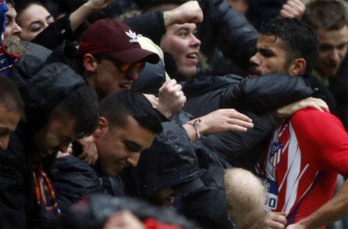 Costa lên khán đài chia vui với CĐV sau pha ghi bàn. Ảnh: Reuters