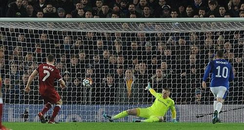 Milner mở điểm trên chấm 11 mét. Ảnh: Daily Mail.