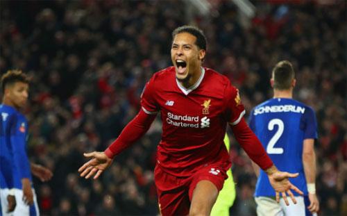 Van Dijk lập công ngay trong trận đầu chơi cho Liverpool. Ảnh: Reuters