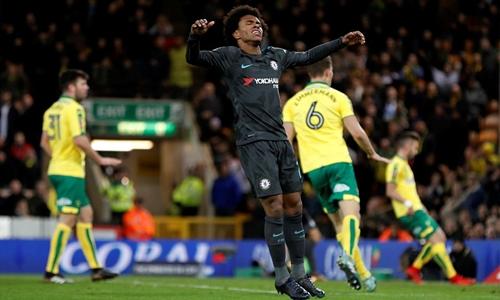 Willian tiếc nuối khi không thể giúp Chelsea ghi bàn. Ảnh: PA.