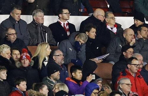 Wenger ngán ngẩm theo dõi trận đấu từ khán đài, bên cạnh Jens Lehmann. Ảnh: Reuters.