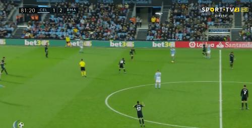 Marcelo đứng ở giữa sân phàn nàn với trọng tài biên, ít giây trước khi Real bị thủng lưới bàn thứ hai.