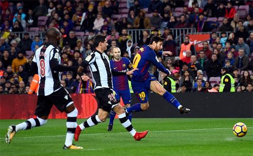 Messi tung cú vô lê mở tỷ số. Ảnh: Reuters