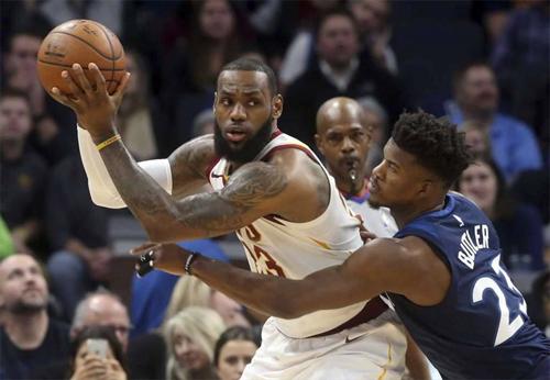 LeBron James (áo trắng) bất lực trước một All-Star khác của mùa trước là Jimmy Butler. Ảnh: Beaumont.