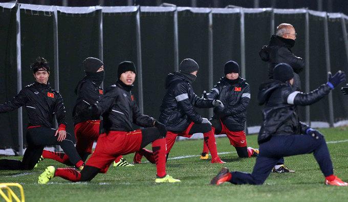 U23 Việt Nam nai nịt kín mít tập luyện tại Trung Quốc