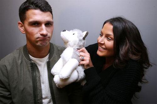 Lichaj (trái) chỉ hoàn thành hai phần ba nhiệm vụ mà vợ đặt ra khi gặp Arsenal.