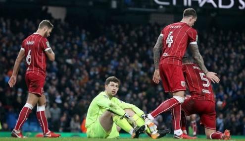 Cầu thủ Bristol City thất vọng khi phải nhận thất bại vào phút cuối. Ảnh:PA.