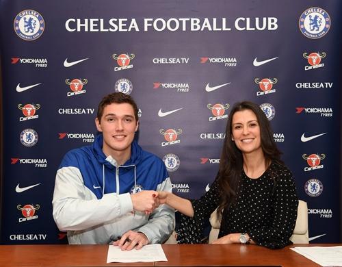 Christensen sẽ ở lại Chelsea đến hè 2022. Ảnh: Chelsea FC.