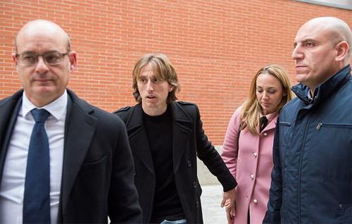 Vợ chồng Modric đi cùng luật sư trong ngày ra tòa. Ảnh: DS