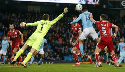 Aguero đánh đầu ghi bàn vào cuối trận. Ảnh:Reuters.